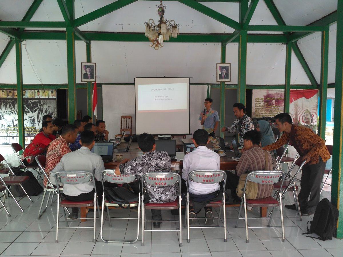 Para Peserta Admin Website Desa sedang memperhatikan Penjelasan Materi Dokumentasi diambil dari PUSPINDES